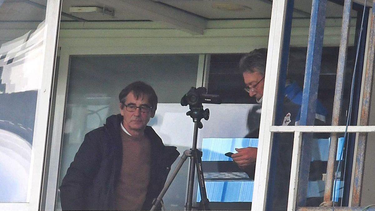 Vázquez sigue el partido desde una cabina de Riazor junto a José Ángel Franganillo.
