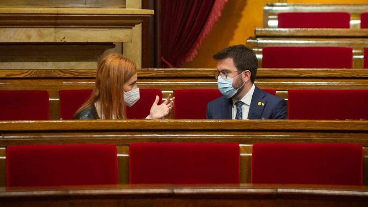 Pere Aragonès conversa con Jéssica Albiach en el Parlament.