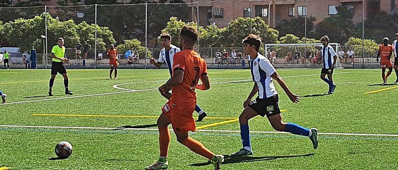 Lance del juego en el partido entre Atzeneta y Hércules B. | LEVANTE-EMV