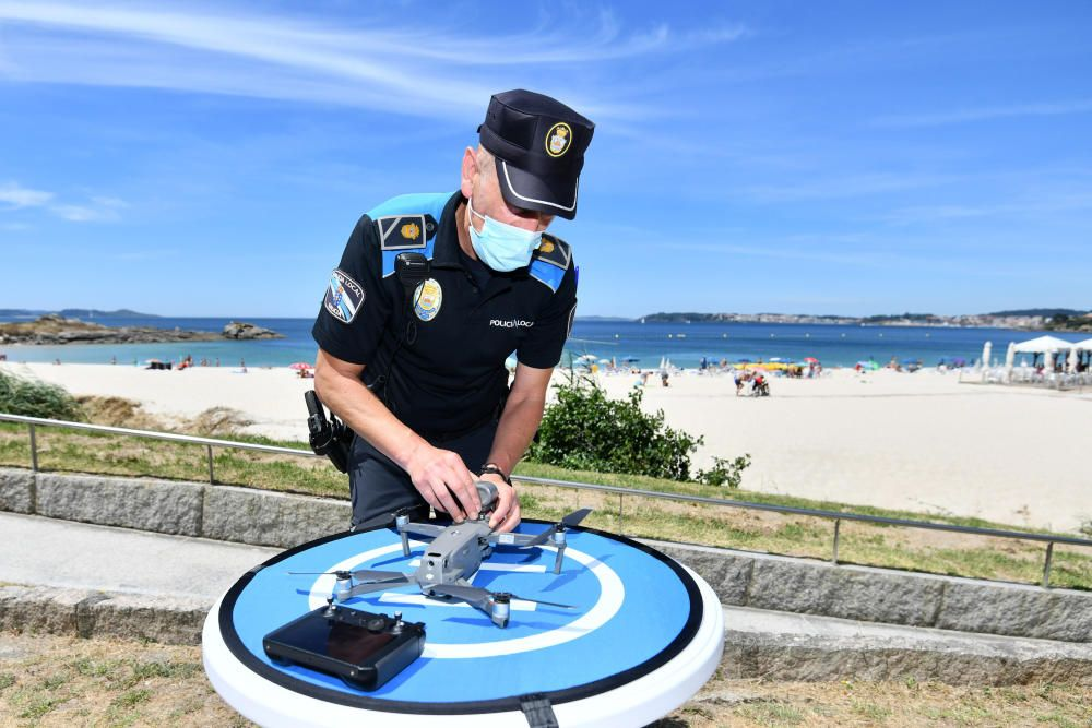 Agentes de la Policía Local enseñaron ayer cómo funciona el sistema en la presentación organizada por el ayuntamiento. // Gustavo Santos