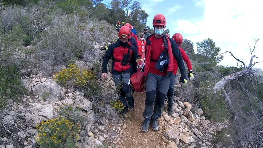 Los bomberos rescatan en Ibiza a un hombre que cayó por unas rocas desde una altura de tres metros