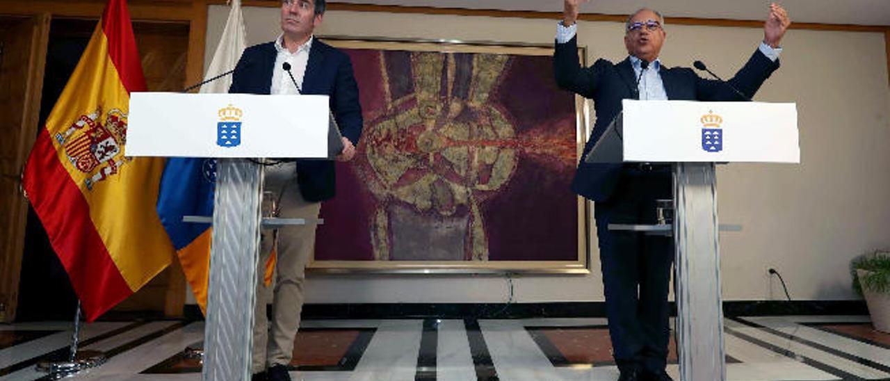 Fernando Clavijo y Casimiro Curbelo ayer en rueda de prensa.