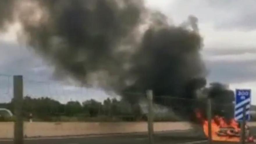 Pkw geht auf Schnellstraße nach Manacor in Flammen auf