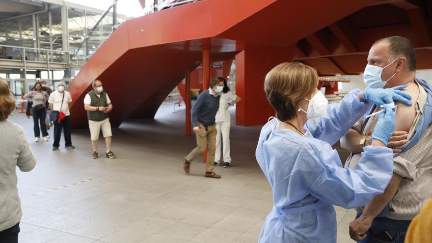 Salud empieza a citar a asturianos de 50 años para vacunarlos contra el coronavirus