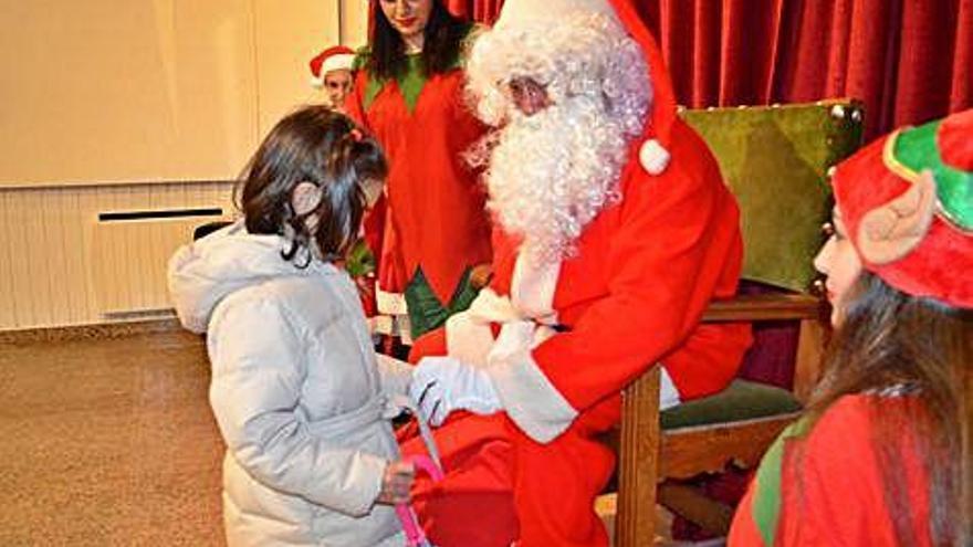 Papá Noel reparte ilusión entre los peques