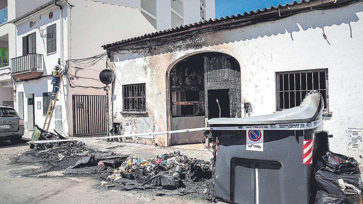 Estado en el que quedaron los contenedores tras el incendio.