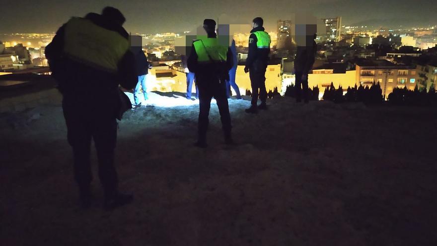 La Policía Local disuelve un botellón en la ladera del Castillo San Fernando y una fiesta en vivienda en el operativo anticovid