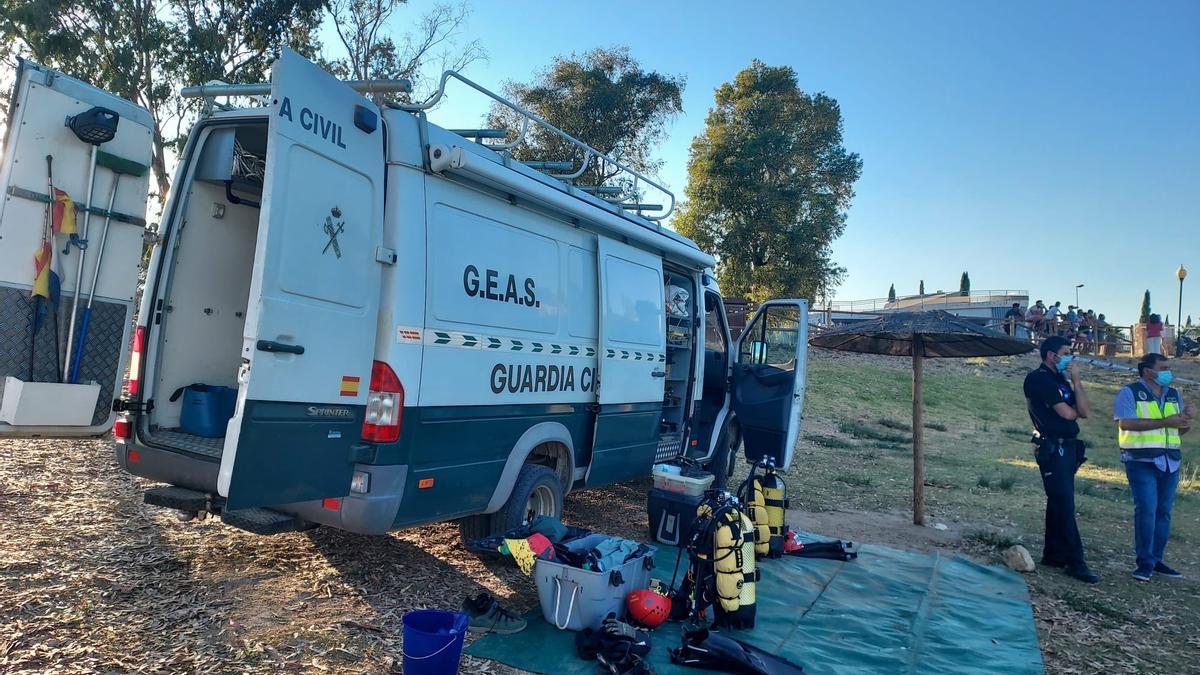 Los equipos utilizados por los buceadores que están rastreando el embalse de Proserpina.