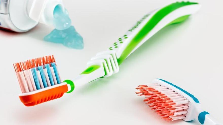 Cómo limpiar y desinfectar el cepillo de dientes para eliminar todos los gérmenes