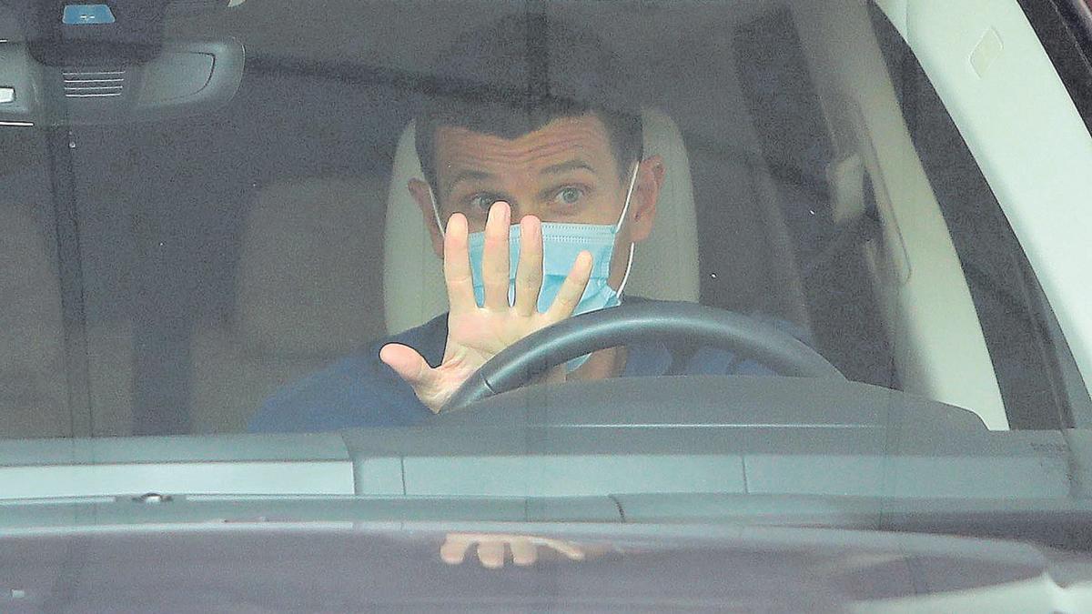 Javi Gracia, al volante, abandona las oficinales del Valencia.