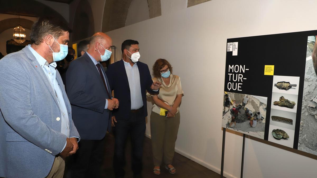 Antonio Ruiz visita la exposición con diputados provinciales