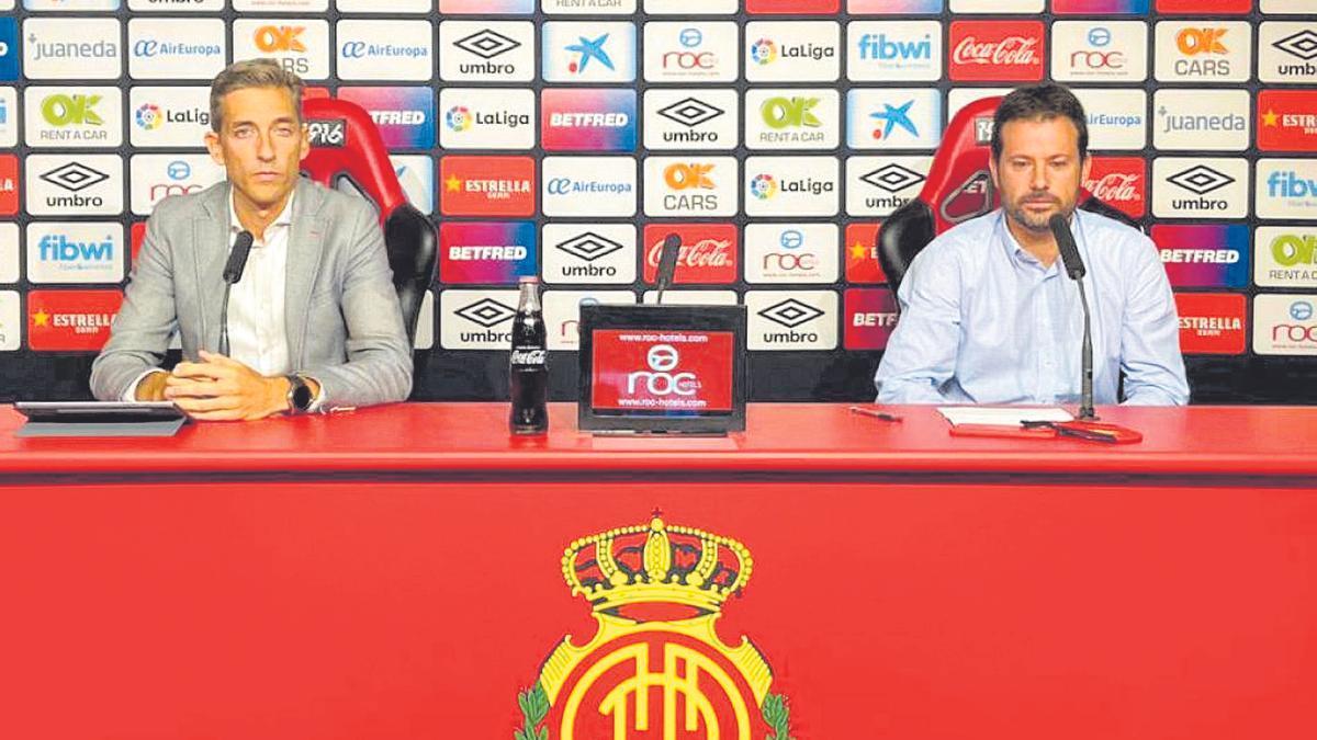 El CEO de negocios, Alfondo Díaz, y el director de fútbol, Pablo Ortells, en una comparecencia que ofrecieron en Son Moix.