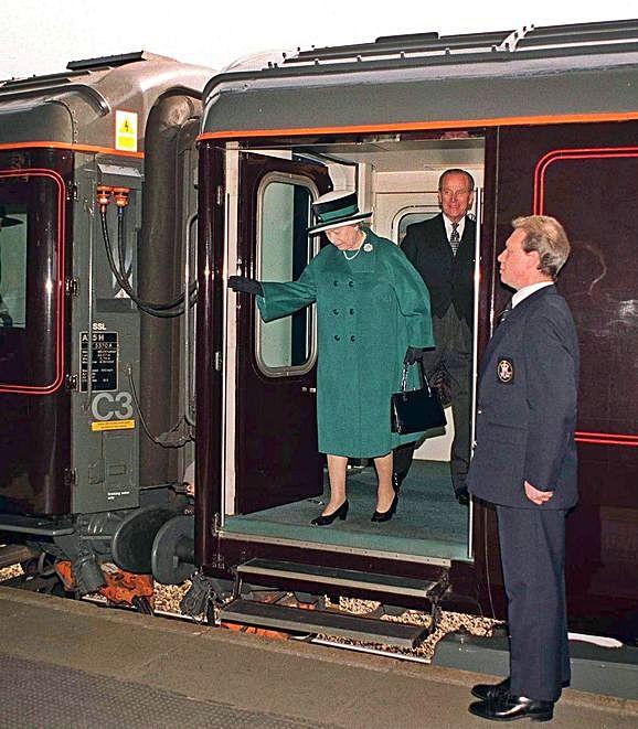 A raíña Isabel II descendendo do tren real británico.