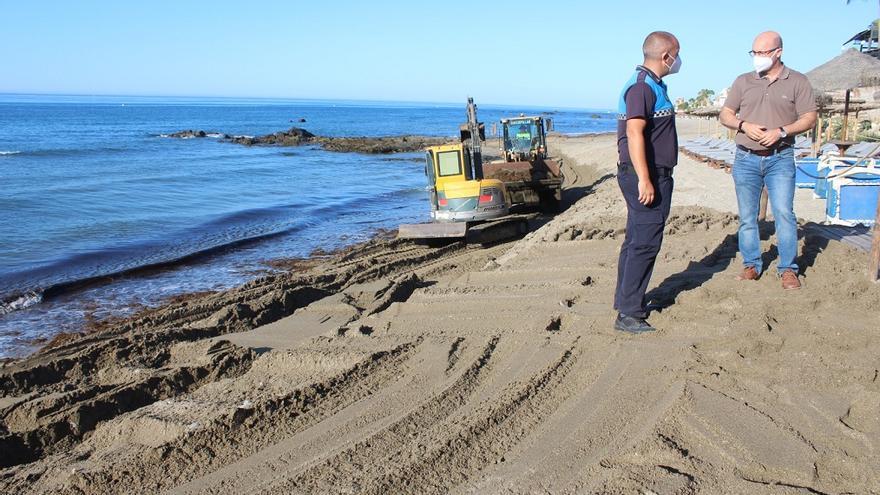 Mijas retira más de 3.000 toneladas de algas de sus playas entre junio y julio