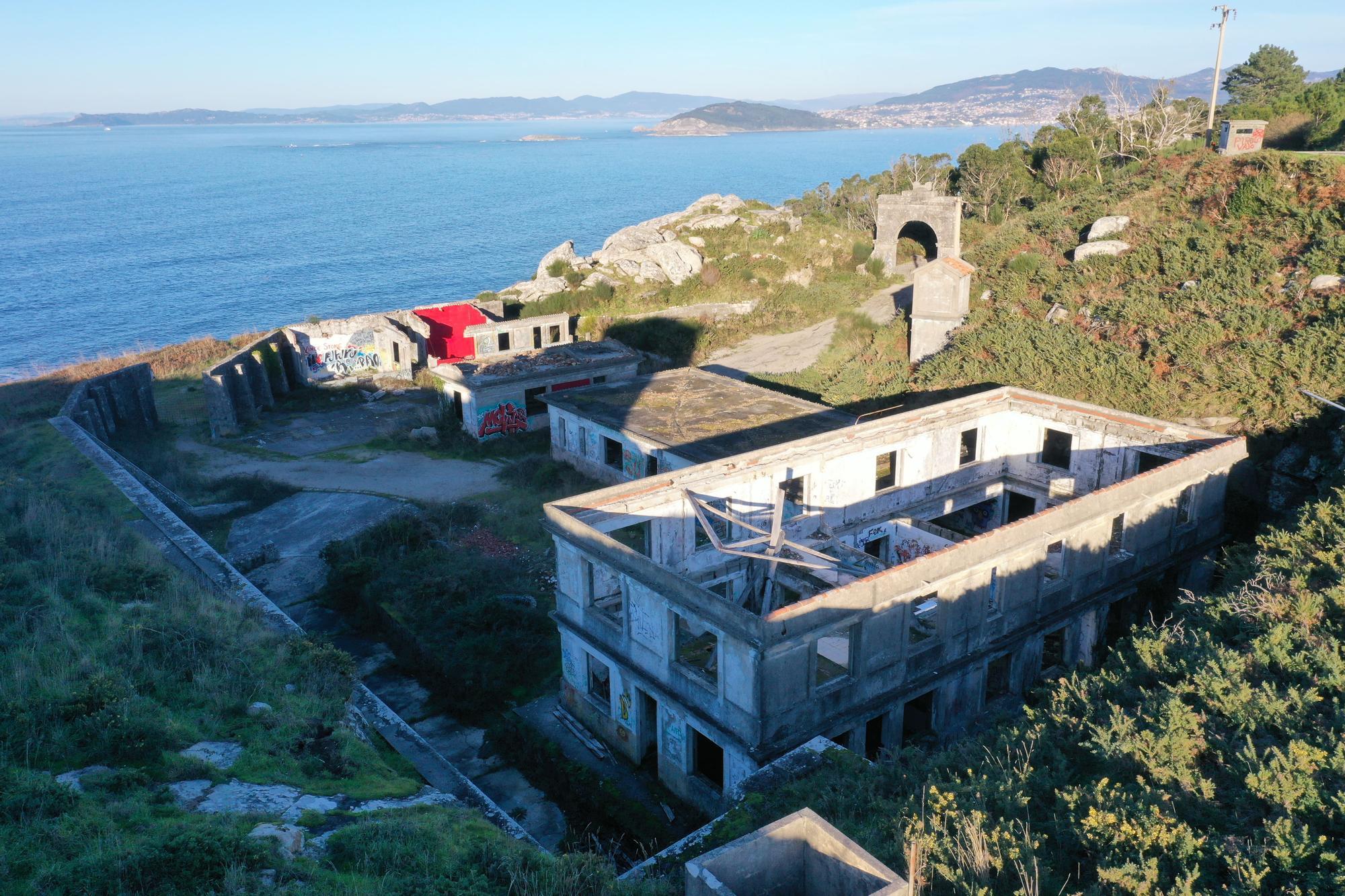 Vista general de las instalaciones militares por las que puja el Concello de Baiona.