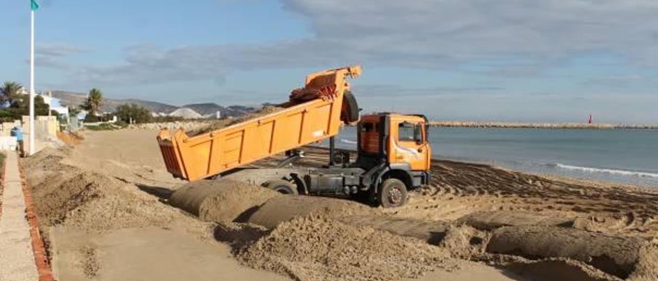 Costas trasvasa arena para evitar  la regresión de la playa del Marenyet