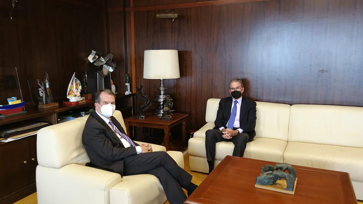 Caballero con el presidente del Tribunal Superior de Xustiza de Galicia, José María Gómez y Díaz-Castroverde, este lunes.