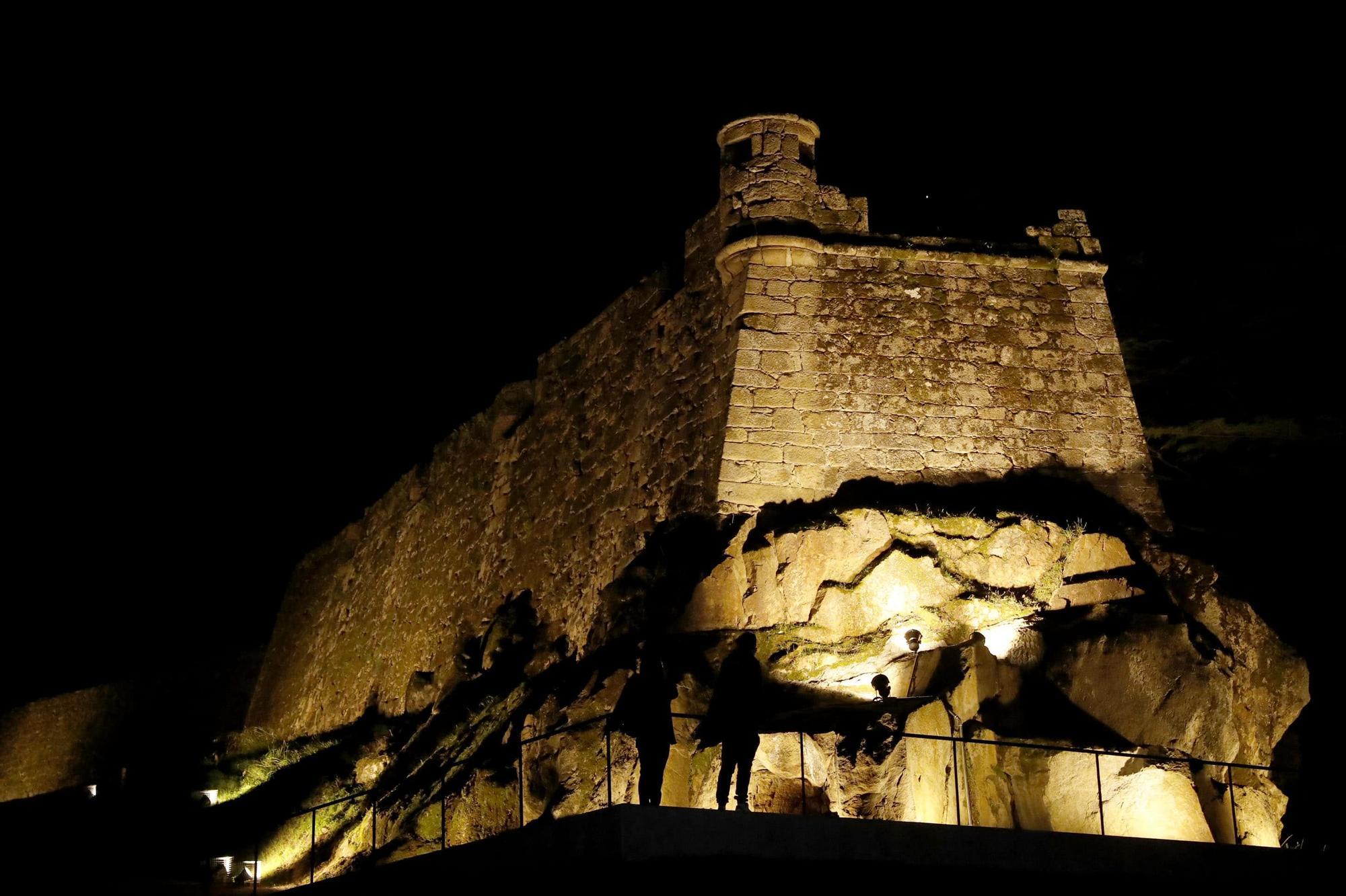 La muralla de O Castro estrena iluminación y gradas
