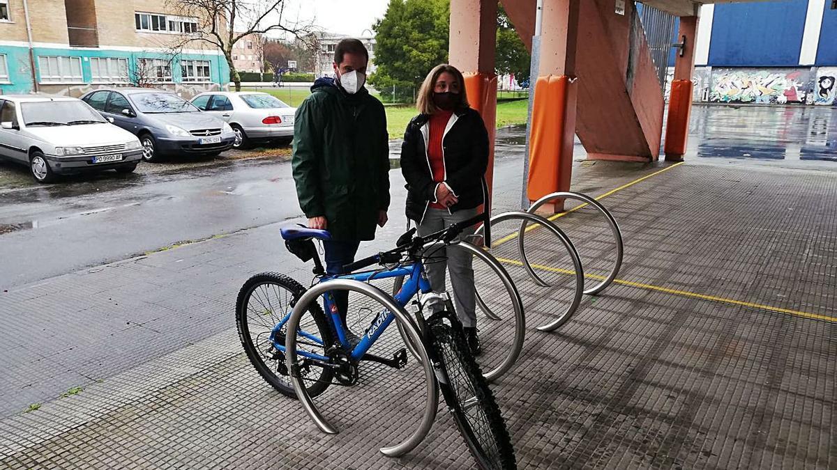 El edil Iván Puentes, en la visita de ayer del aparcamiento para bicicletas.  | // FDV