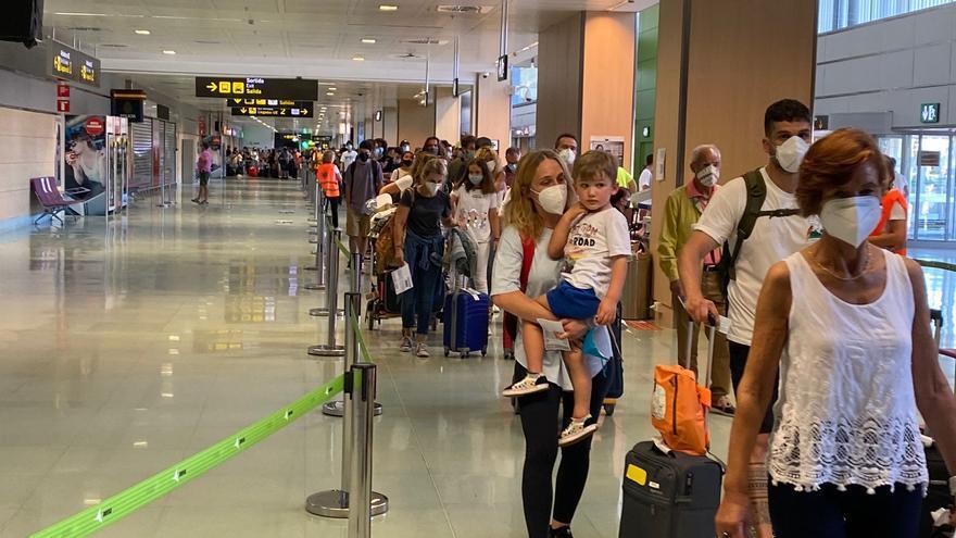 Colas para salir del aeropuerto de Ibiza por los controles sanitarios a los viajeros que llegan a la isla
