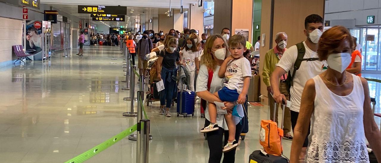 Colas en el aeropuerto de Ibiza para salir de la terminal por los controles sanitarios.