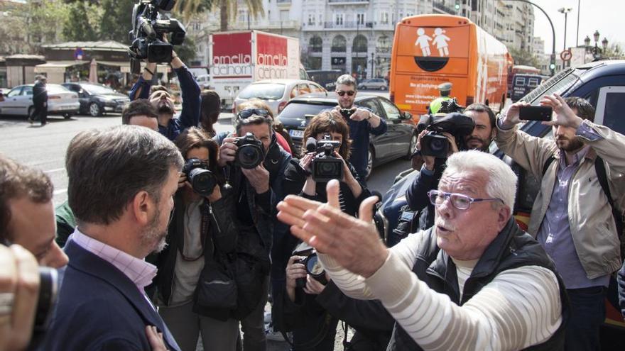 Increpan al autobús de Hazte Oír en Valencia