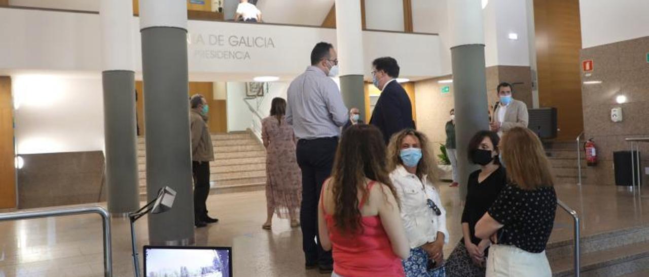 Empleados públicos en la entrada principal de la sede de la Xunta en Santiago.