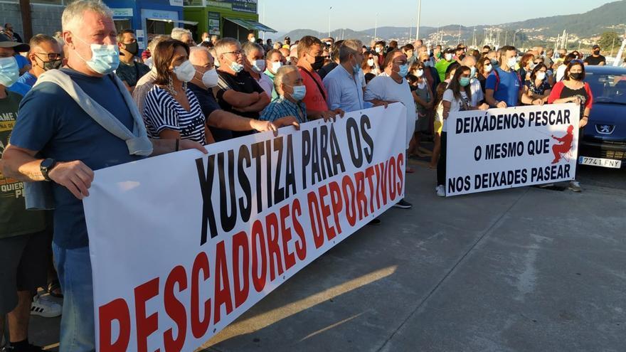 Cientos de pescadores protestan contra la prohibición en los muelles
