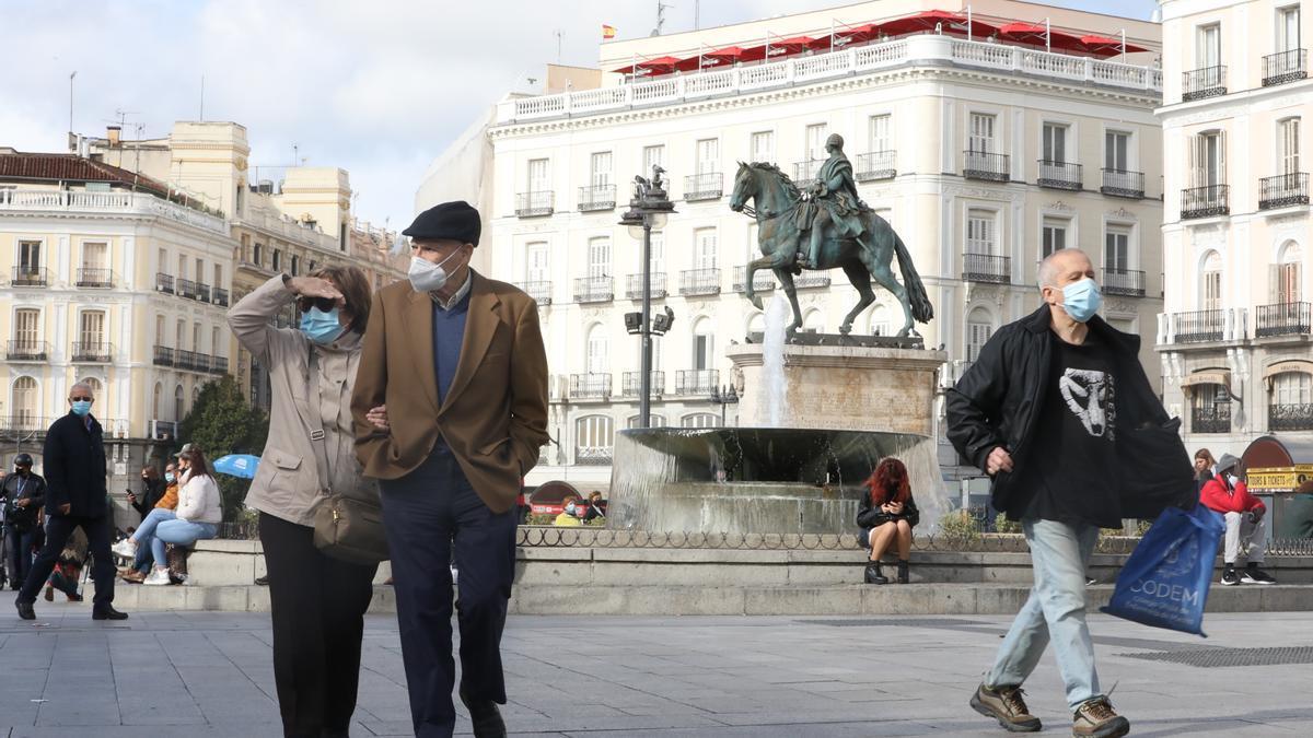 Ciudadanos pasean por la Puerta del Sol de Madrid.
