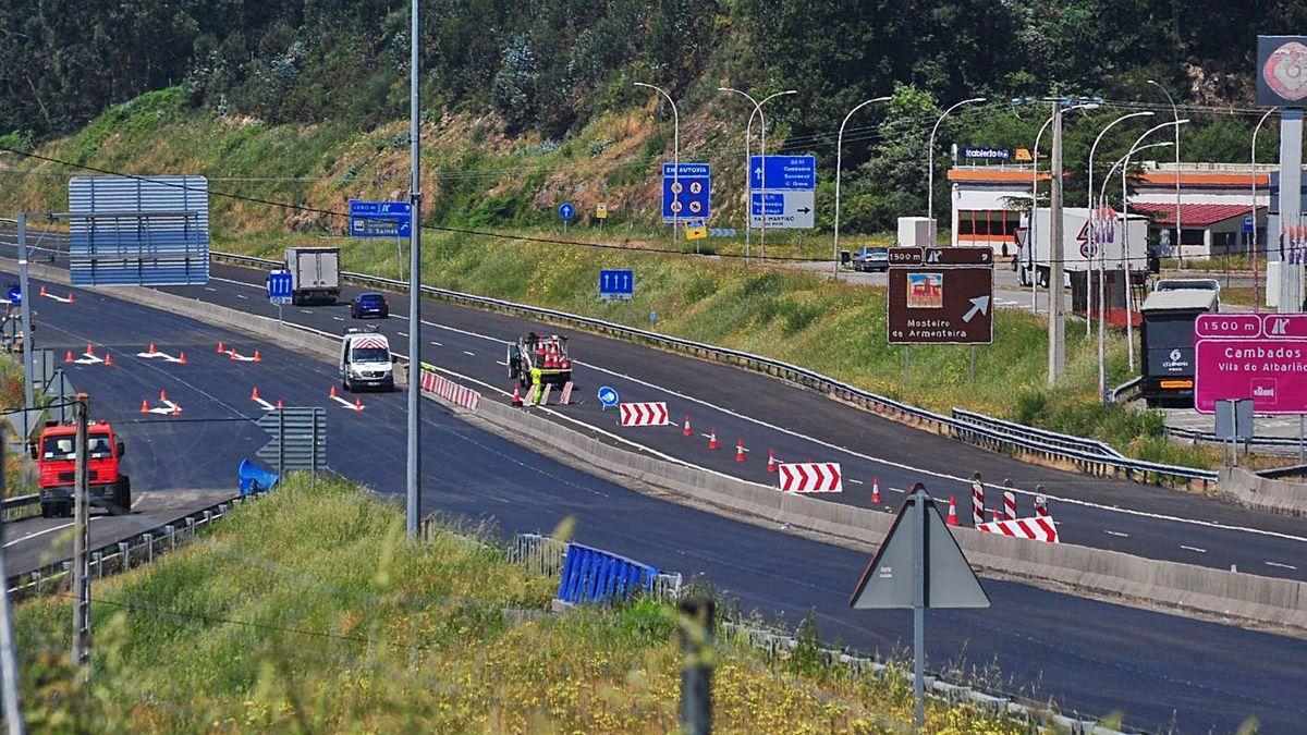 Obras de asfaltado en la autovía de O Salnés, financiada con peaje a la sombra.