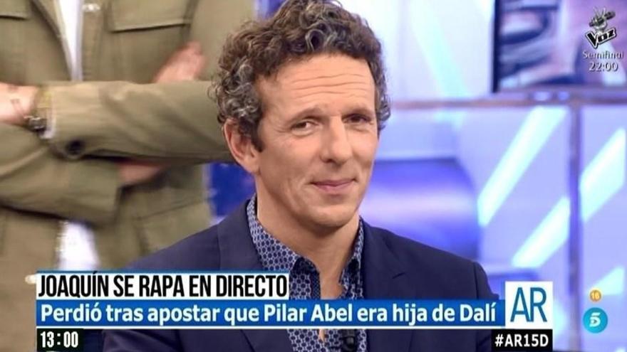 Joaquín Prat se rapa el pelo en directo