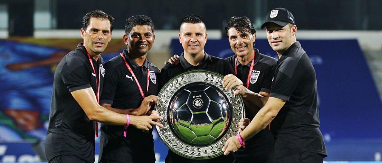 Sergio Lobera –centro– sostiene el título de campeón de la liga regular de India junto al ex amarillo 'Tato' –quinto dcha.–, con el Mumbai City. | | LP