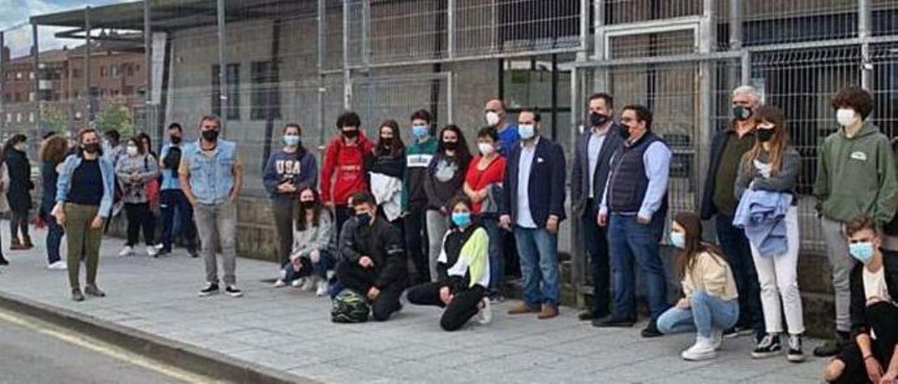 Padres y alumnos del IES Astures, junto a representantes del PP, concentrados delante del centro.