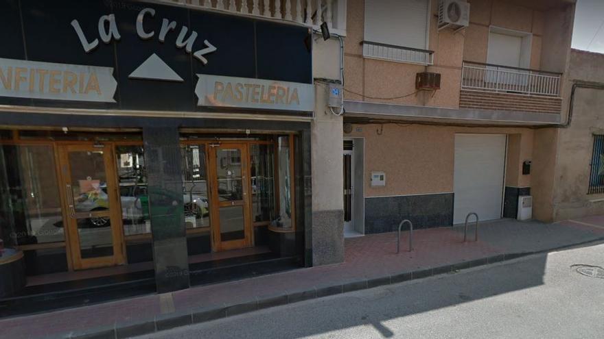 Dos hombres atracan a punta de navaja una confitería en Murcia