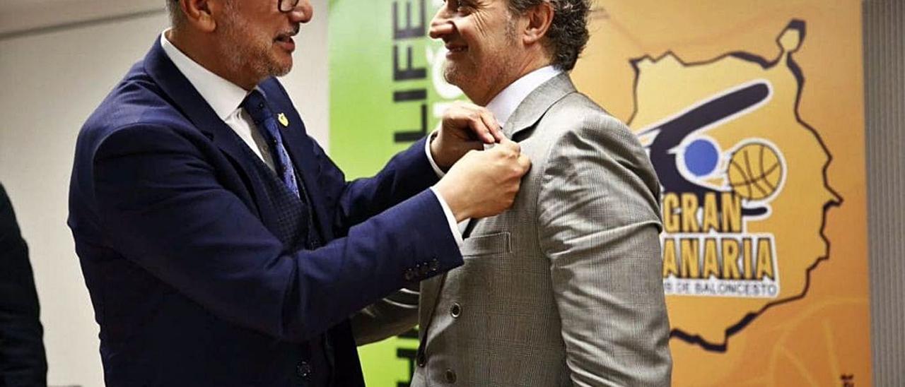 Enrique Moreno, presidente del Granca, coloca a Carlos Barroso, de Herbalife, la insignia de oro y brillantes del club.     LP/DLP