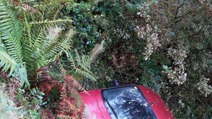 Rescatado tras caer con su coche por un terraplén en Cuntis
