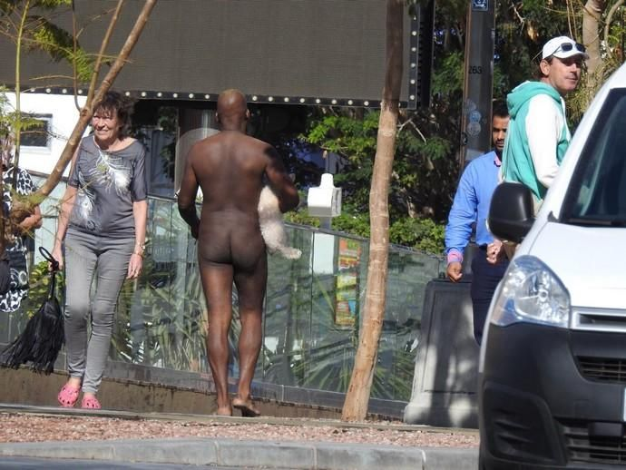 Un hombre pasea desnudo con su perro en Playa del Inglés