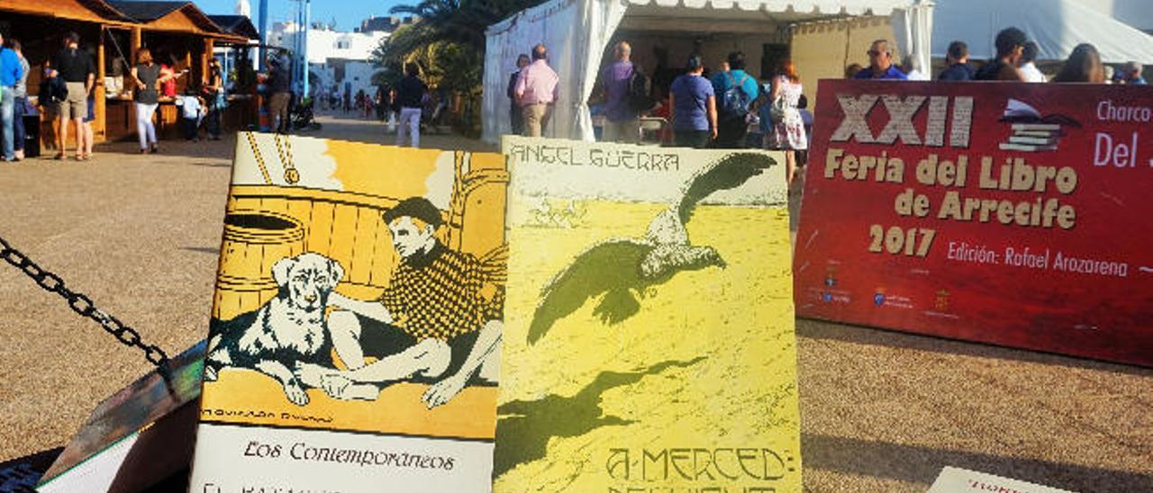 Los dos ejemplares de Angel Guerra en edición facsímil ayer en la feria del libro de Arrecife.