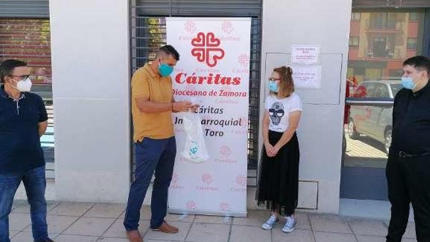 Toro | La cofradía del Cristo de las Batallas dona a Cáritas 403 euros recaudados en la fiesta