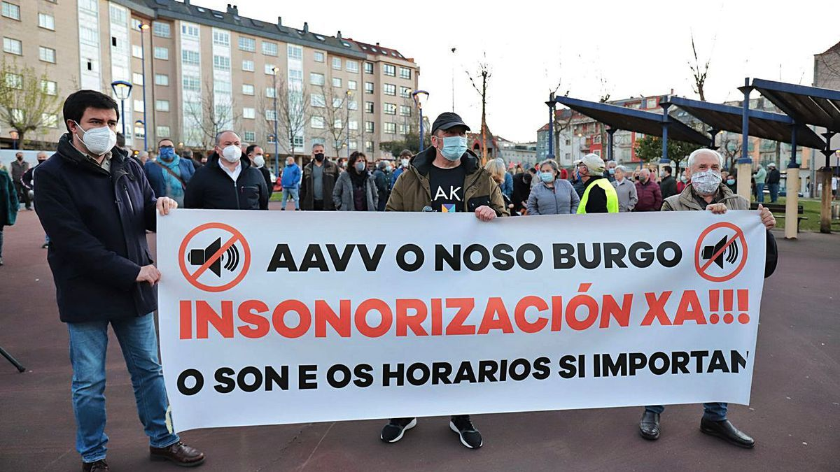 Protesta de vecinos de O Burgo, el pasado mes de marzo, para exigir medidas por Alvedro.     // LA OPINIÓN