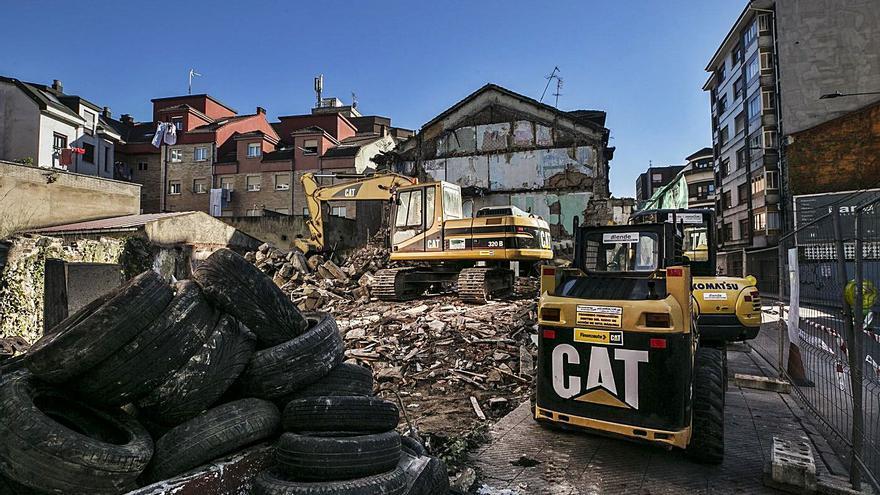 Langreo aborda un nuevo plan de derribos de edificios en ruinas en cuatro emplazamientos