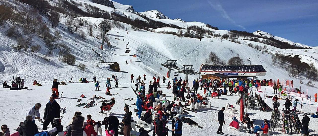 Esquiadores en la estación invernal de Fuentes de Invierno. | LNE