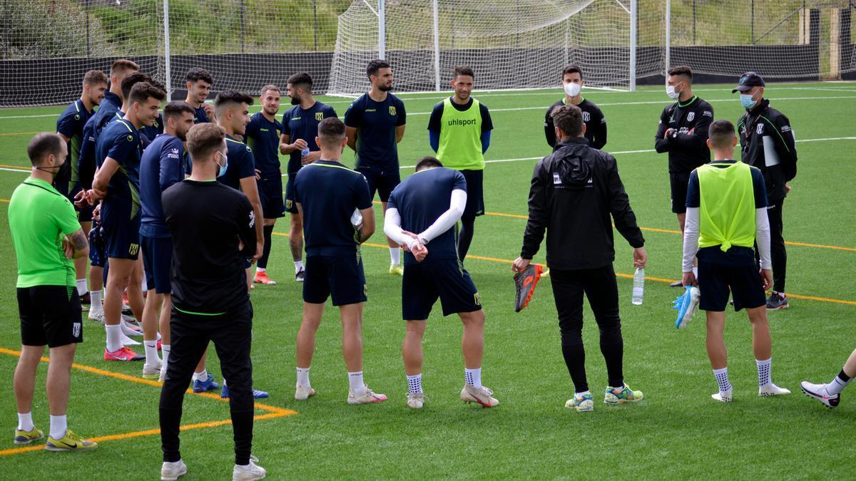 Corro de los jugadores del Mérida antes de un entrenamiento esta semana.