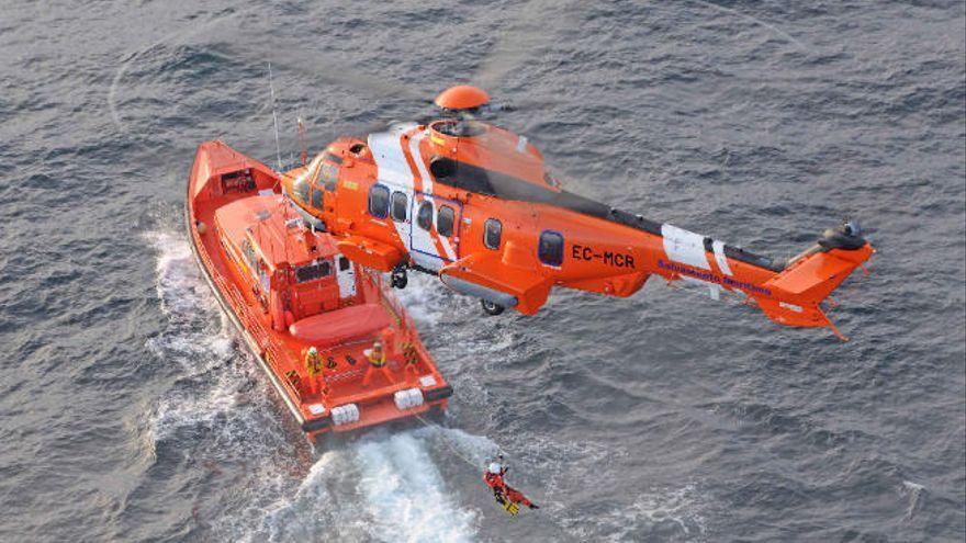 Un helicóptero evacúa a un marinero que sufrió un accidente en un buque al sur de Fuerteventura