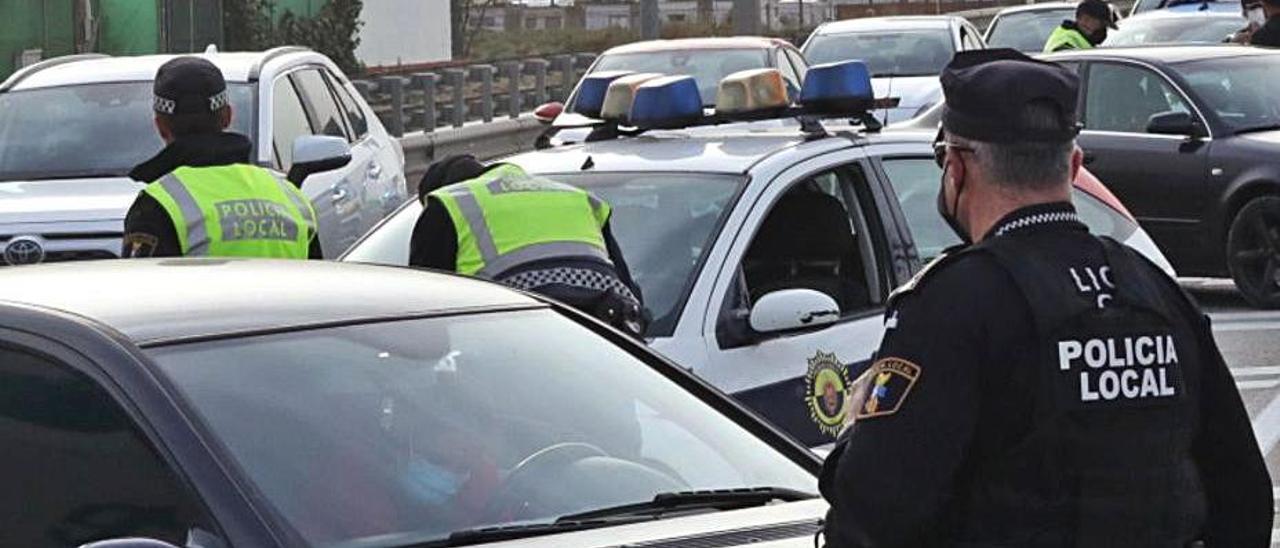 Un control de policía en una imagen de archivo.   ANTONIO AMORÓS