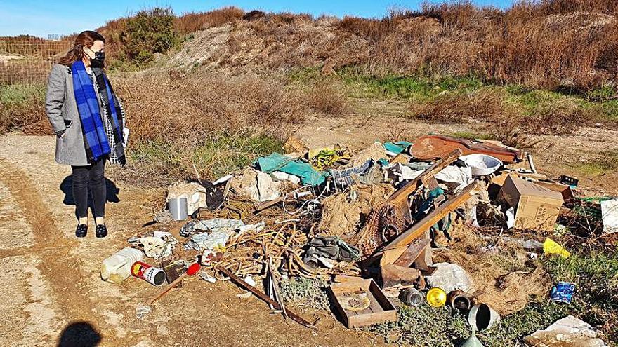 El consistorio limpiará los restos del antiguo polideportivo de El Saler
