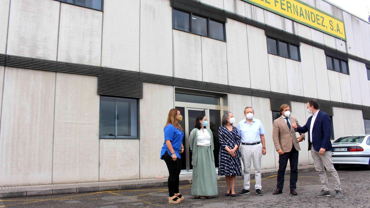 Autoridades y empresarios, durante la visita a Aceite La Pedriza.