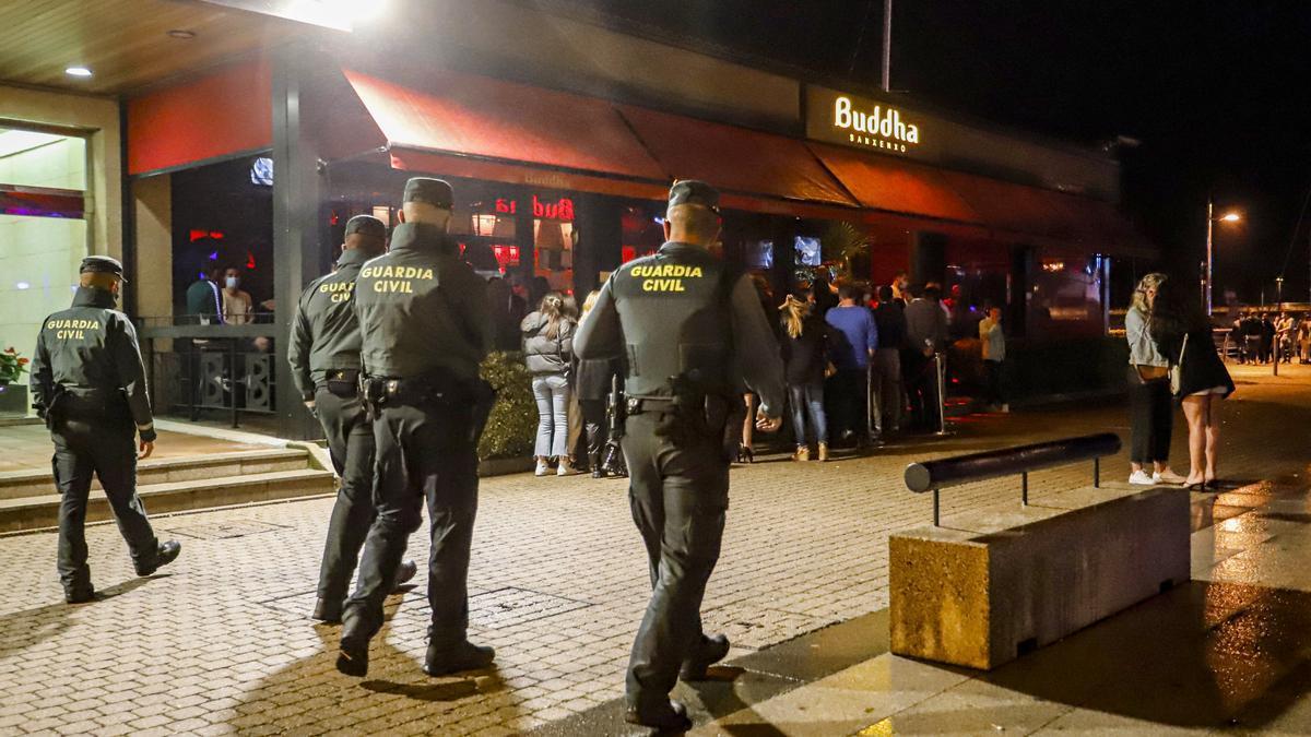 Varios agentes de Guardia Civil pasean por el Puerto de Sanxenxo para informar en cada uno de los locales de ocio nocturno sobre las nuevas medidas del COVID-19.