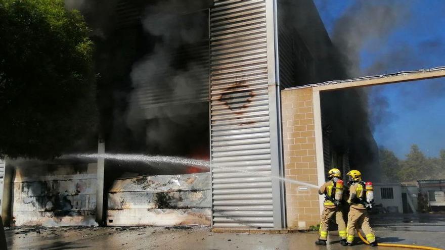 Arde en Castelldefels una nave y los bomberos trabajan para controlar fuego