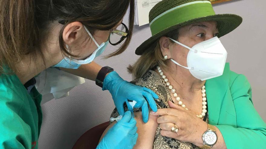 """Los primeros asturianos en recibir la vacuna monodosis de Janssen: """"Estoy eufórico"""""""
